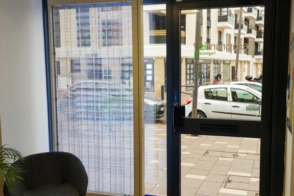 screenfit media projet ecran led transparent de vitrine a creteil indoor