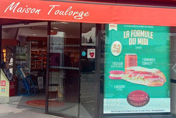 Écran LED de vitrine sur-mesure pour la boulangerie Toulorge à Caen